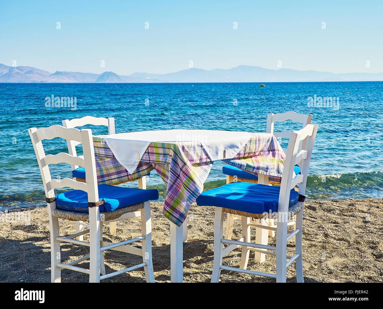 Des Près Dans De Avec Chaises D'une Table Mer Une La Taverne Grecque bfYy76g