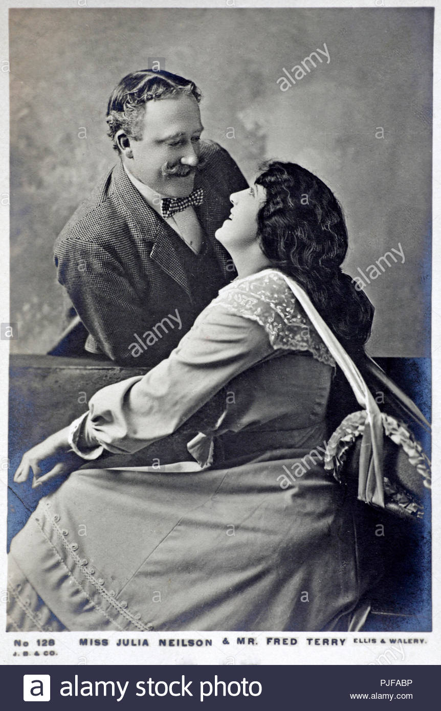 Julia Neilson portrait, 1868 - 1957, c'est une actrice anglaise mieux connue pour son de nombreux spectacles comme Lady Blakeney dans The Scarlet Pimpernel, pour ses rôles dans de nombreux drames et romances historiques, et pour son rôle de Rosalind dans une longue production de comme vous le souhaitez. Fred Terry 1863 - 1933 est un acteur et directeur de théâtre. Après avoir établi sa réputation à Londres et dans les provinces en vue d'une décennie, il a rejoint la société de Herbert Beerbohm Tree où il est resté quatre ans, rencontre sa future épouse, Julia Neilson, vintage real photo carte postale de 1904 Photo Stock