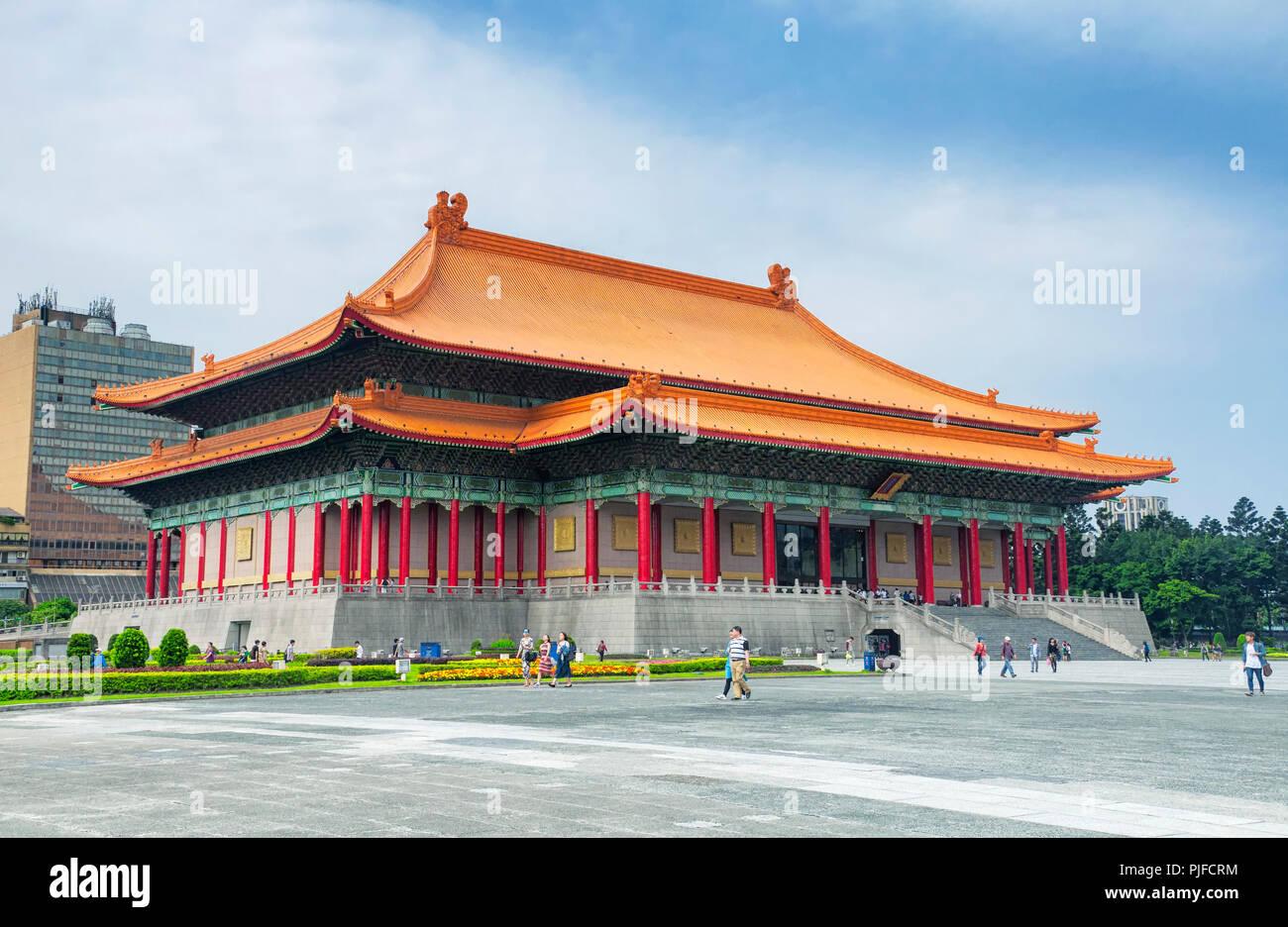 Le 31 mars 2018. Taipei, Taiwan. Les touristes visitant la place de la liberté à proximité du théâtre national située sur la ville de Taipei, Taiwan. Photo Stock
