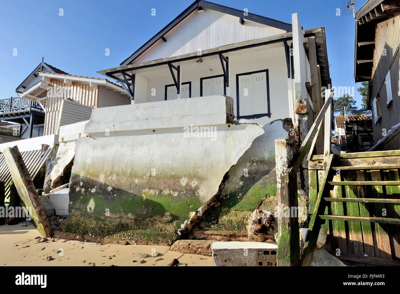 La France, le sud-ouest de la France, Arcachon, brisée par un perré d'immersion en mer Photo Stock