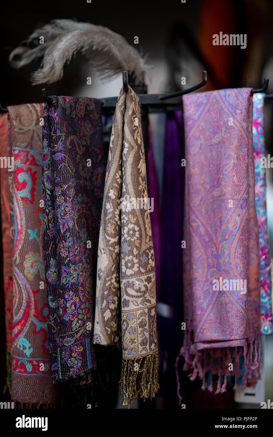 0e8b95ee70ab Belles écharpes en cachemire suspendu dans un bazar à Jérusalem ...