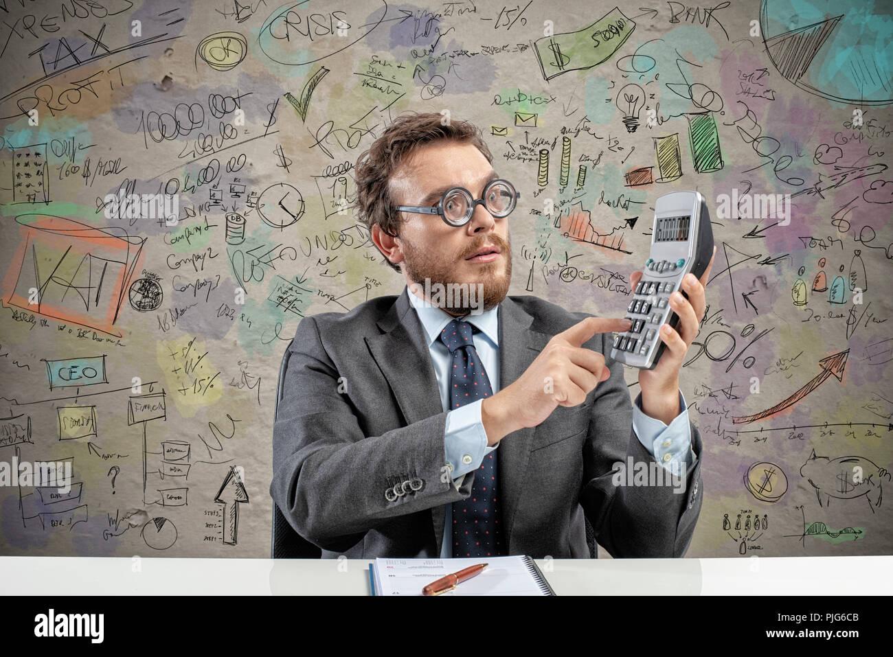 Nerd comptable ne calcul du revenu de l'entreprise Photo Stock