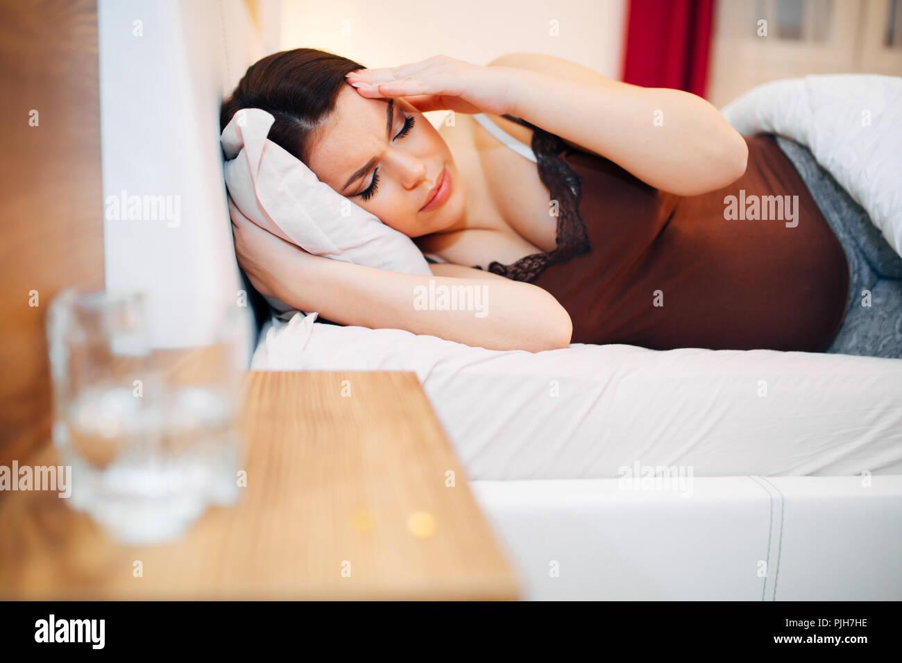 Belle femme enceinte aux prises avec des maux de tête Banque D'Images