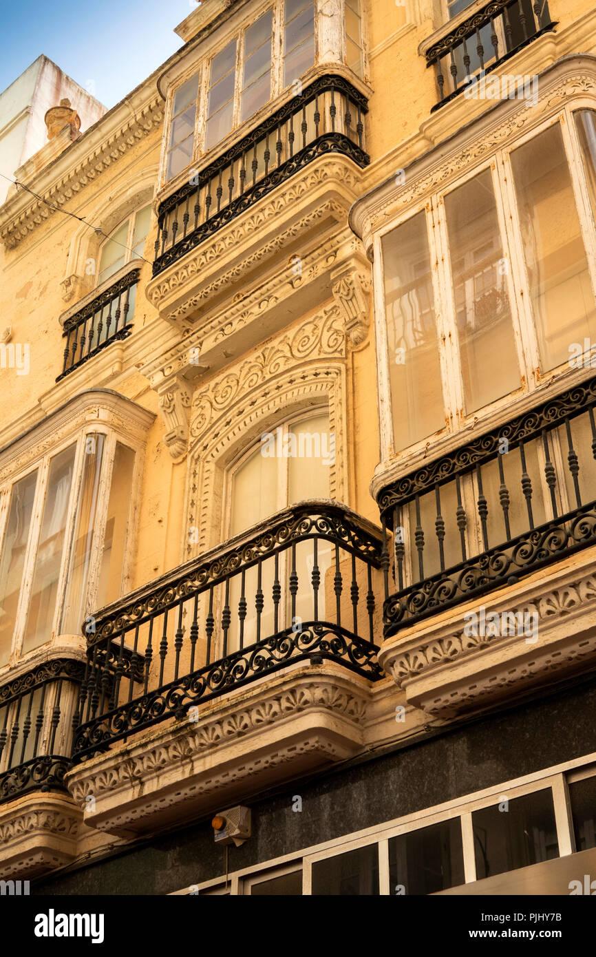 L'Espagne, Cadix, Calle Compania, decorative art nouveau à l'étage supérieur d'un balcon Banque D'Images
