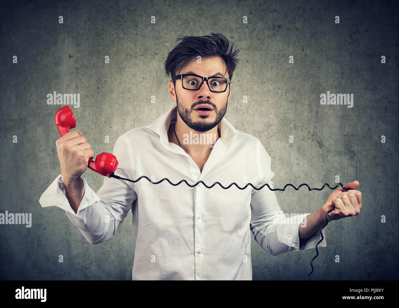 La réception de l'homme nouvelle choquante sur un téléphone et à la peur avec at camera Photo Stock