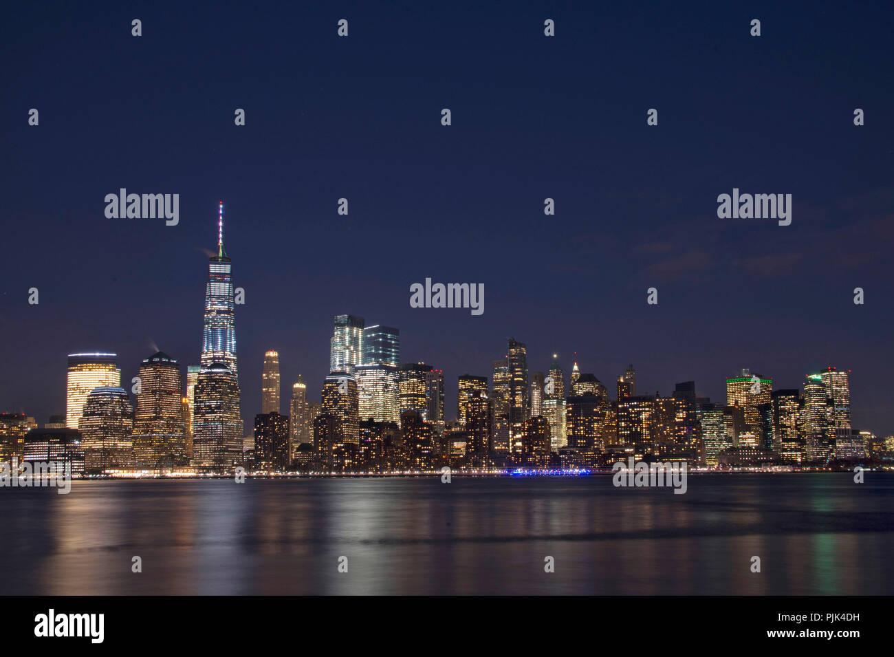 Vue de nuit sur Manhattan skyline, New York City, USA, Big Apple avec One World Trade Center, Photo Stock
