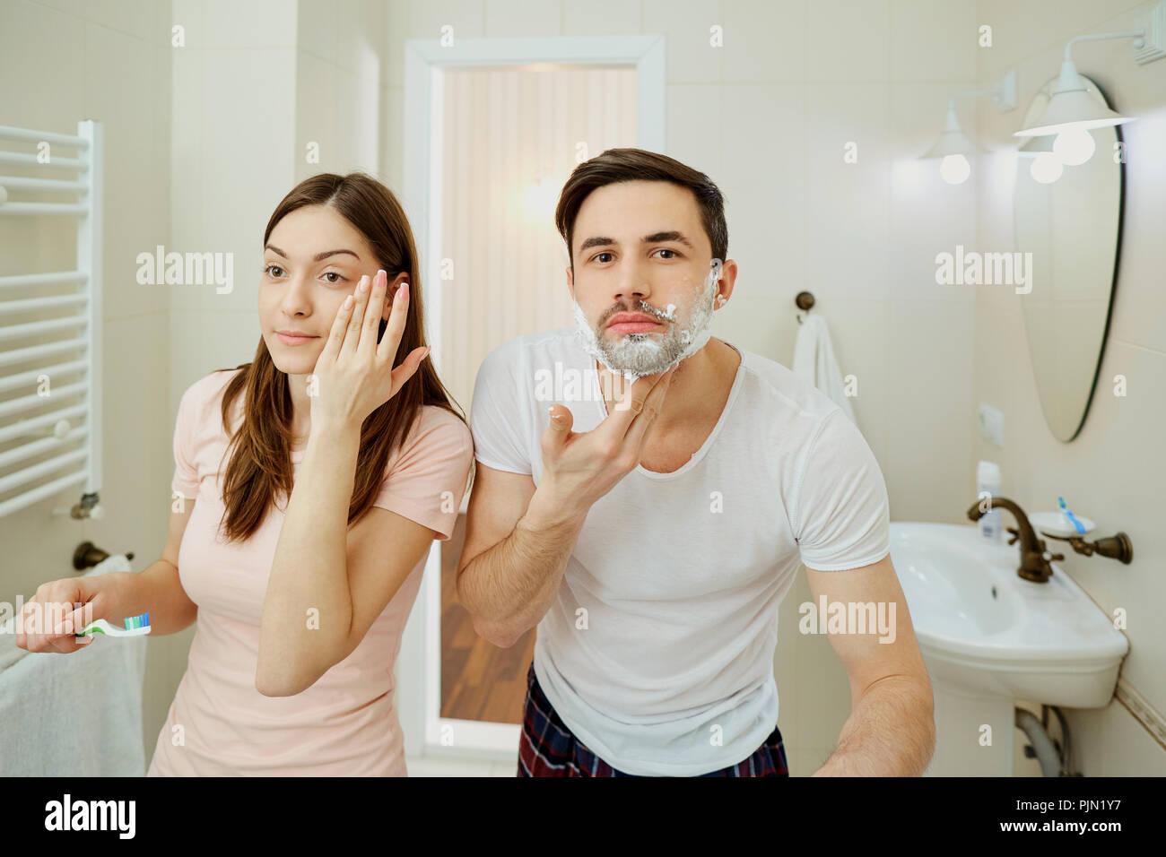 Couple dans la matinée l'hygiène personnelle dans la salle de bains Banque D'Images