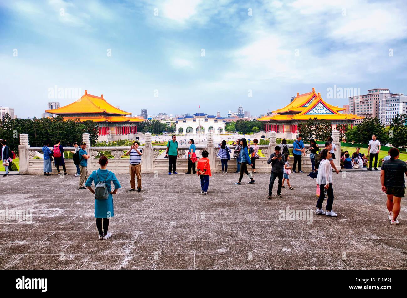 Le 31 mars 2018. Taipei, Taiwan. Les touristes en face de l'Chiang Kai-Shek Memorial avec les salles de concert et de théâtre à l'arrière-plan en t Photo Stock