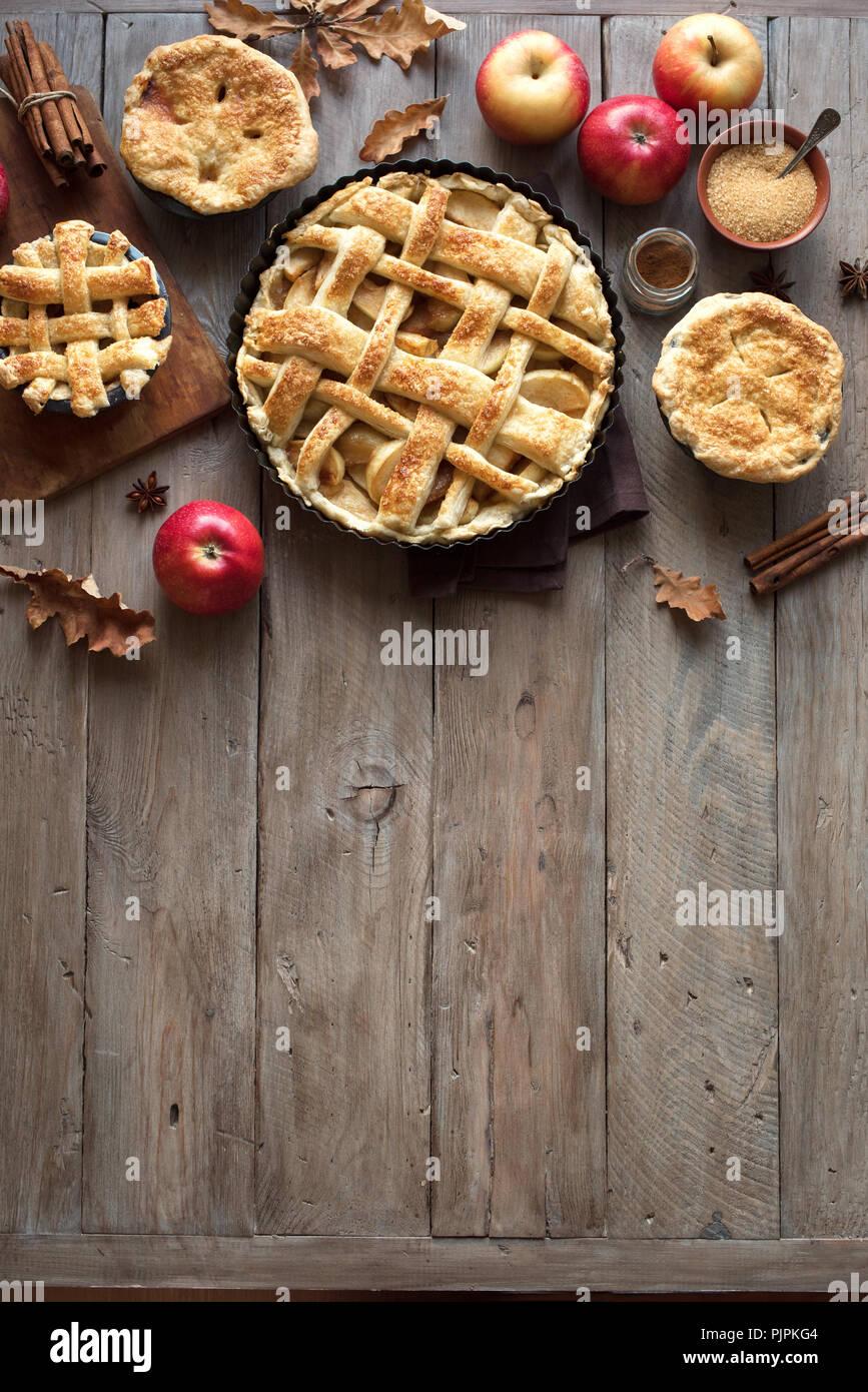 Tartes aux pommes maison rustique sur l'arrière-plan, Vue de dessus, copiez l'espace. Thanksgiving automne classique dessert - gâteau de pommes biologiques. Photo Stock