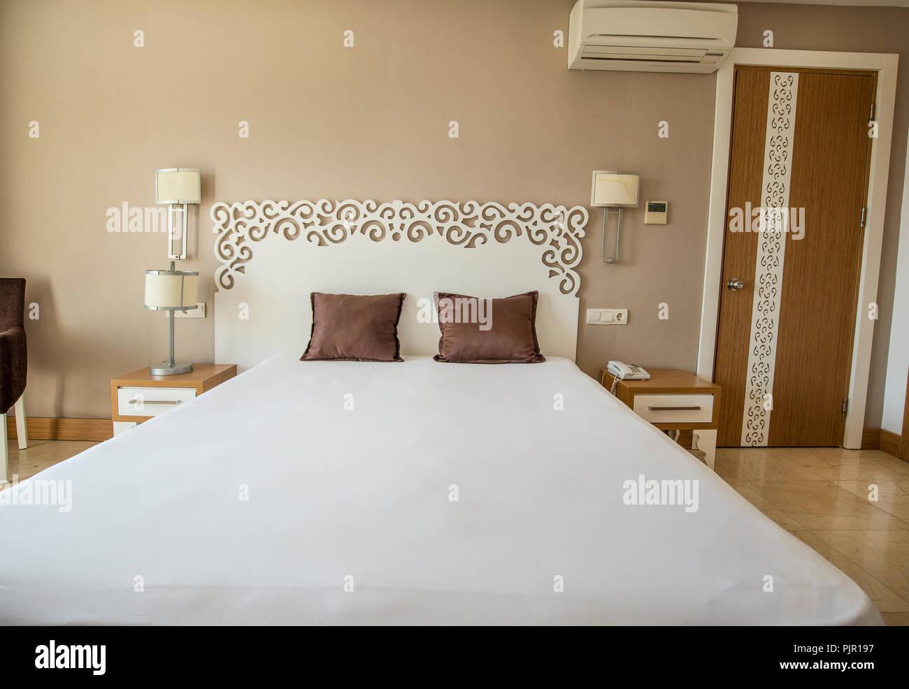Chambre d\'hôtel climatisée avec lit simple double Banque D\'Images ...