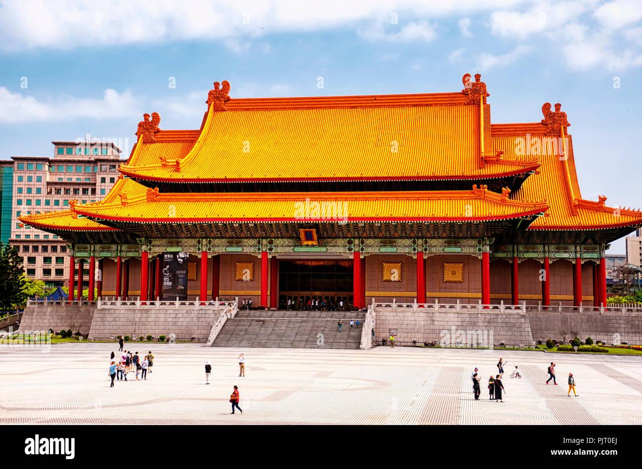 Le 31 mars 2018. Taipei, Taiwan. Les touristes visitant la place de la liberté en face du national concert hall dans la ville de Taipei, Taiwan. Photo Stock