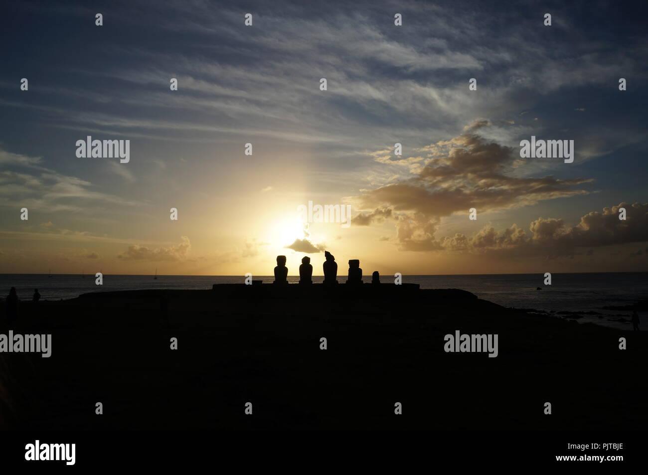 Coucher de soleil sur l'ahu Tahai Moai têtes à, l'île de Pâques (Rapa nui), Chili Photo Stock