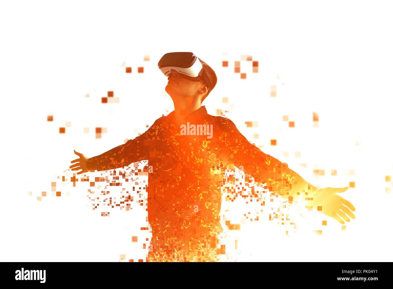 Une personne dans la réalité virtuelle des mouches à lunettes pixels. Le concept des nouvelles technologies et des technologies de l'avenir. Lunettes VR. Photo Stock