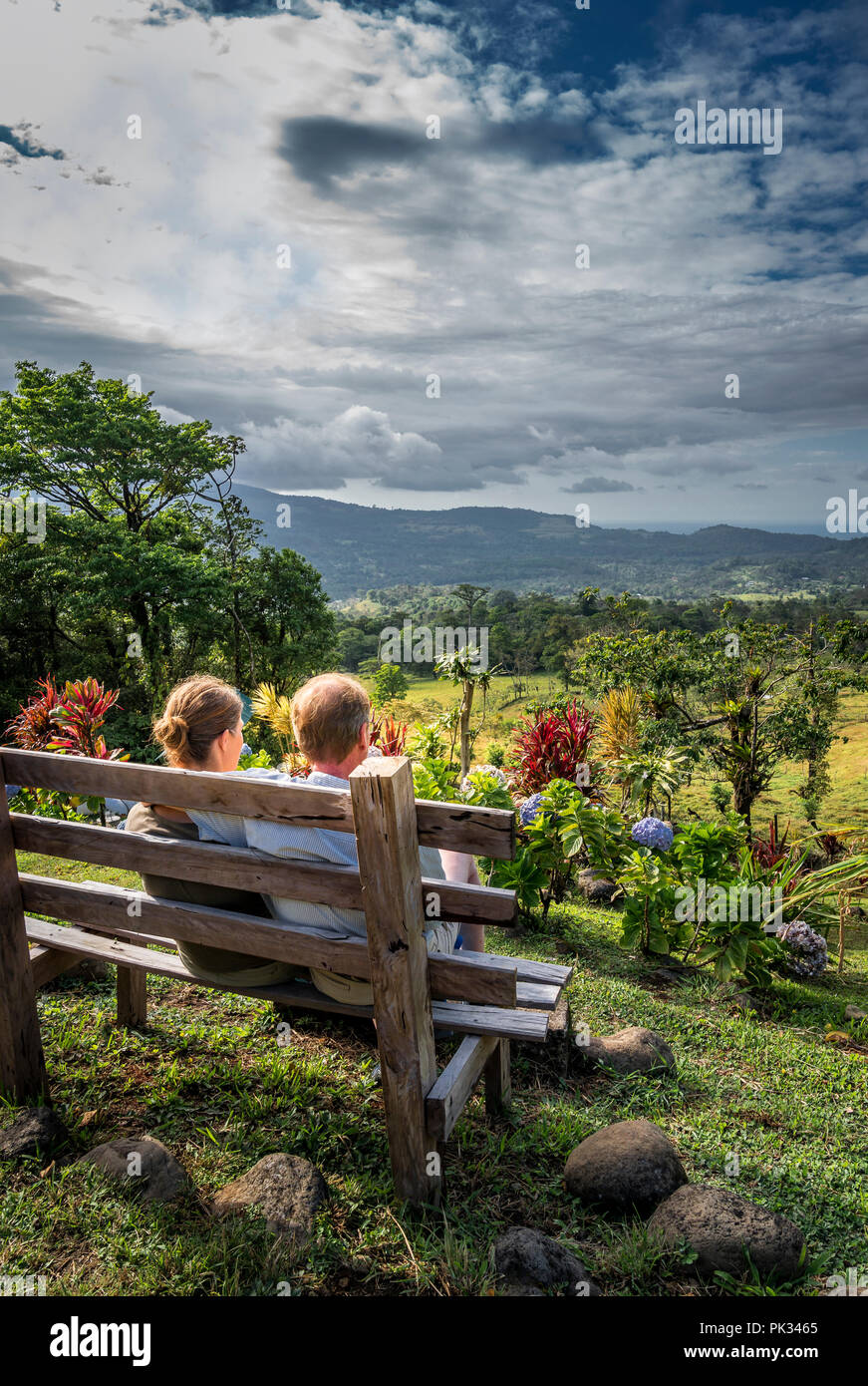 Couple profitant de la vue depuis le Mirador El Silencio, l'Hôtel San Carlos, Costa Rica Photo Stock