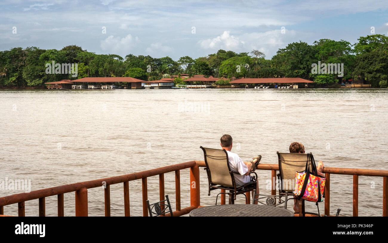 Couple sur le pont à Pachira Lodge, Costa Rica Photo Stock
