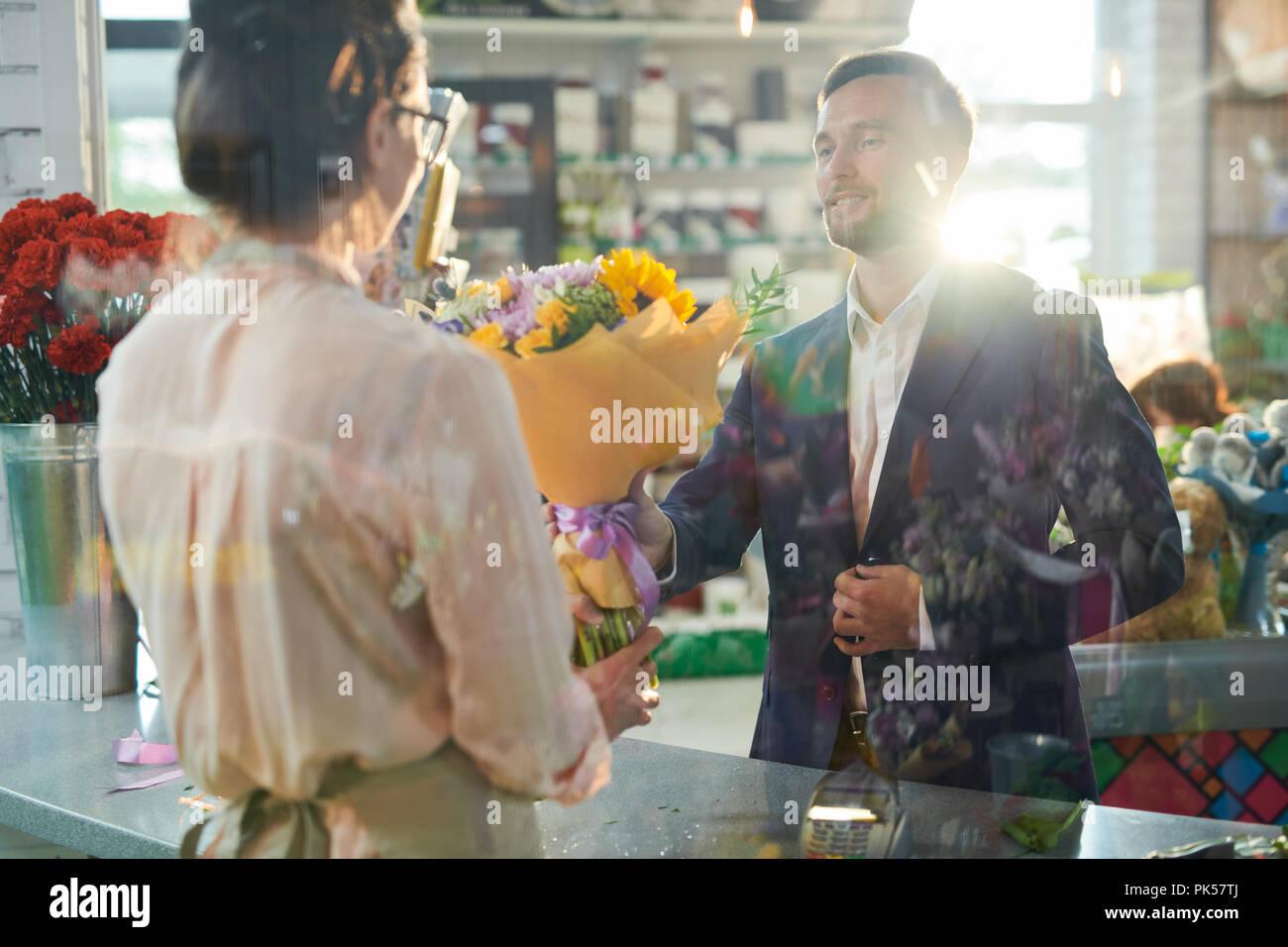 Monsieur l'achat des fleurs Photo Stock