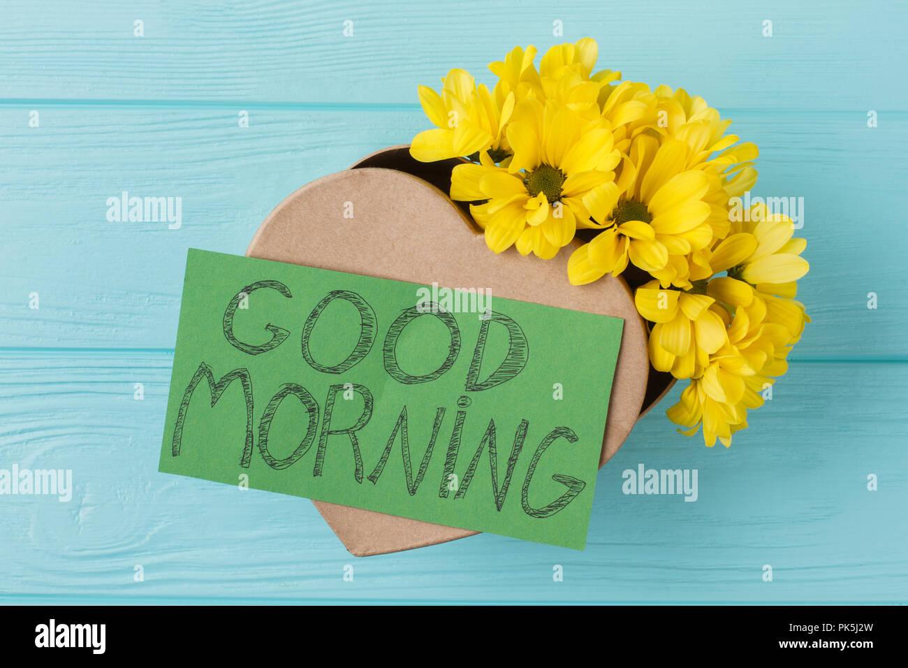surprise du matin, fleurs et boîte-cadeau. boîte cadeau en forme de