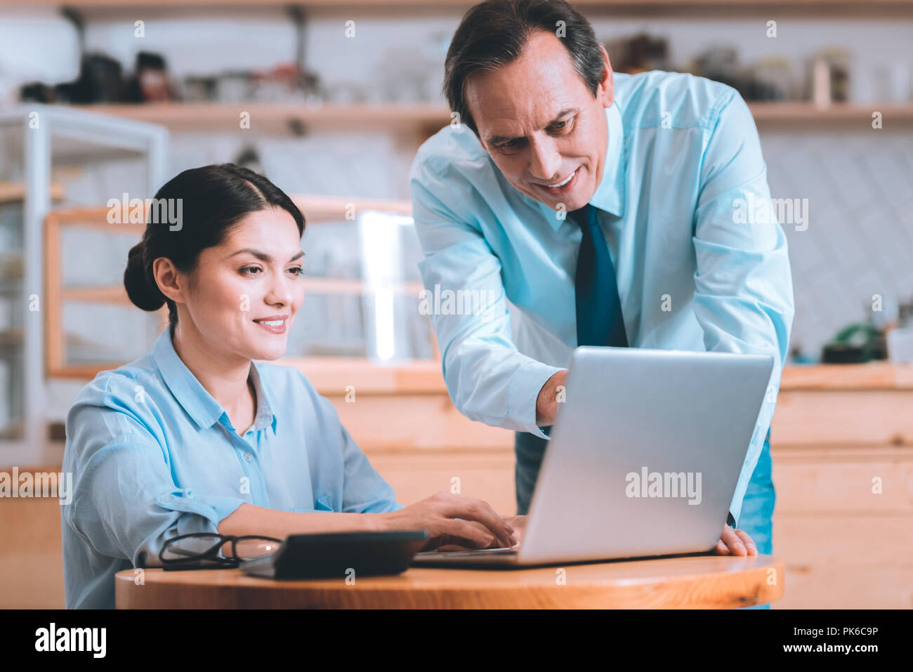 Heureux office worker pointing at laptop Photo Stock