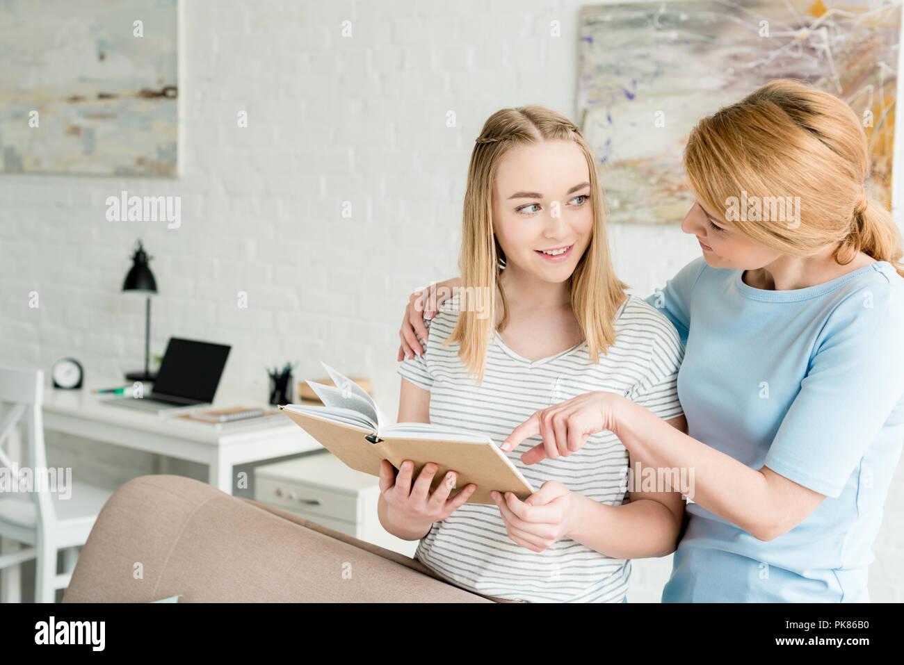 Mere Et Fille Ado Livre Lire Ensemble A La Maison Banque D