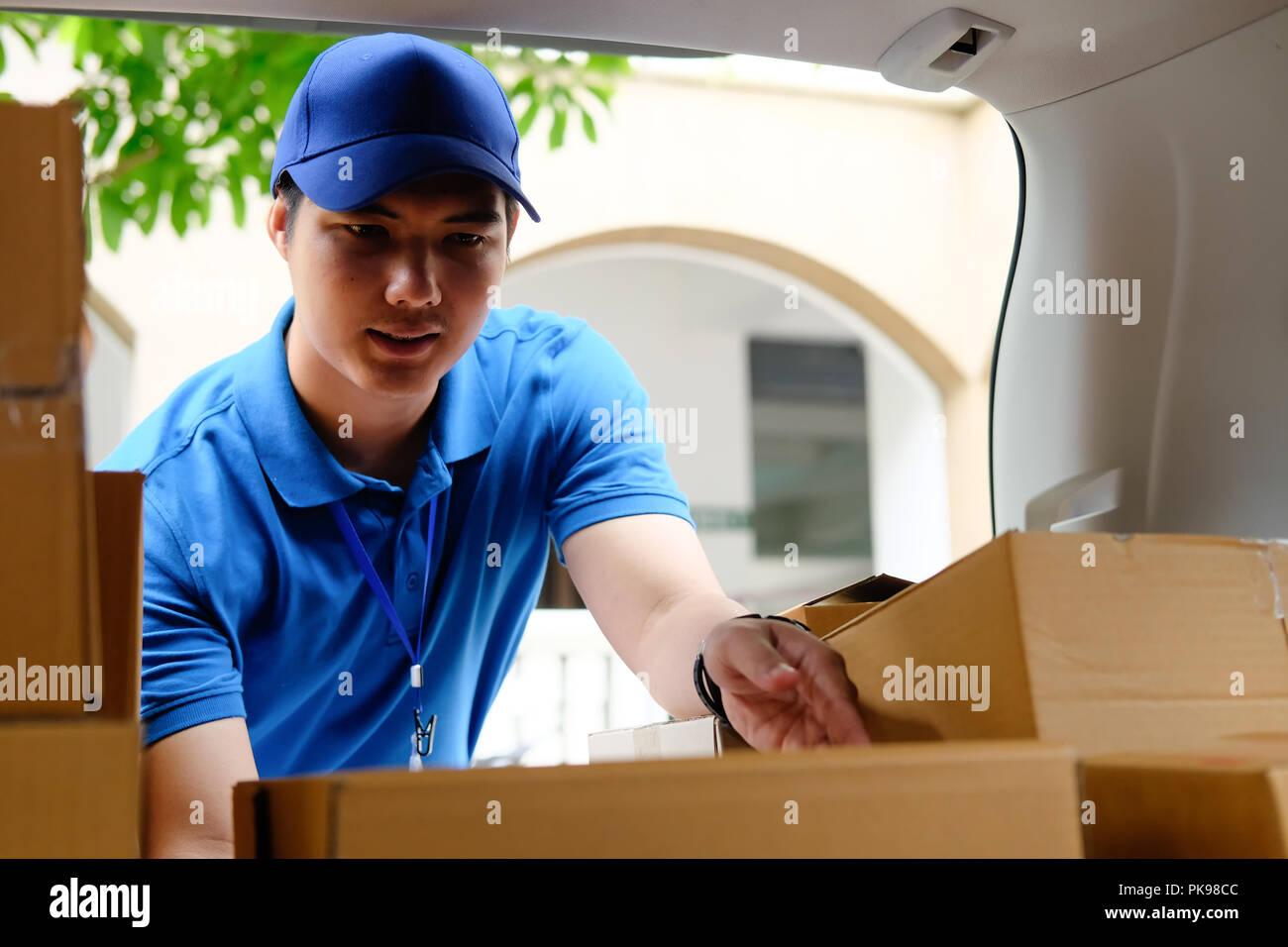 Delivery man travaillant avec fort en voiture, travail travail homme asiatique. Photo Stock