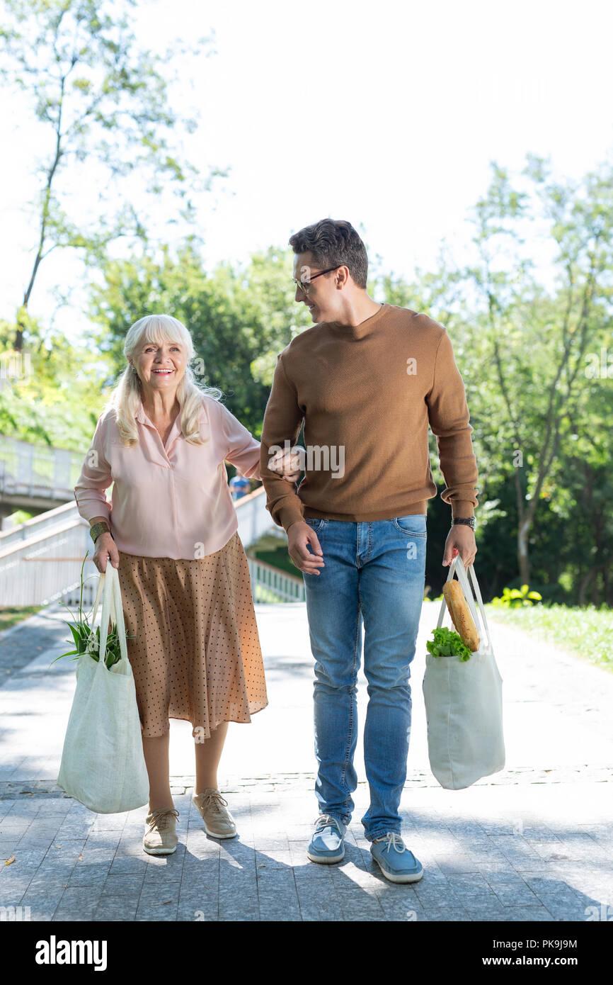 Heureux retraité positif femme walking in park Photo Stock