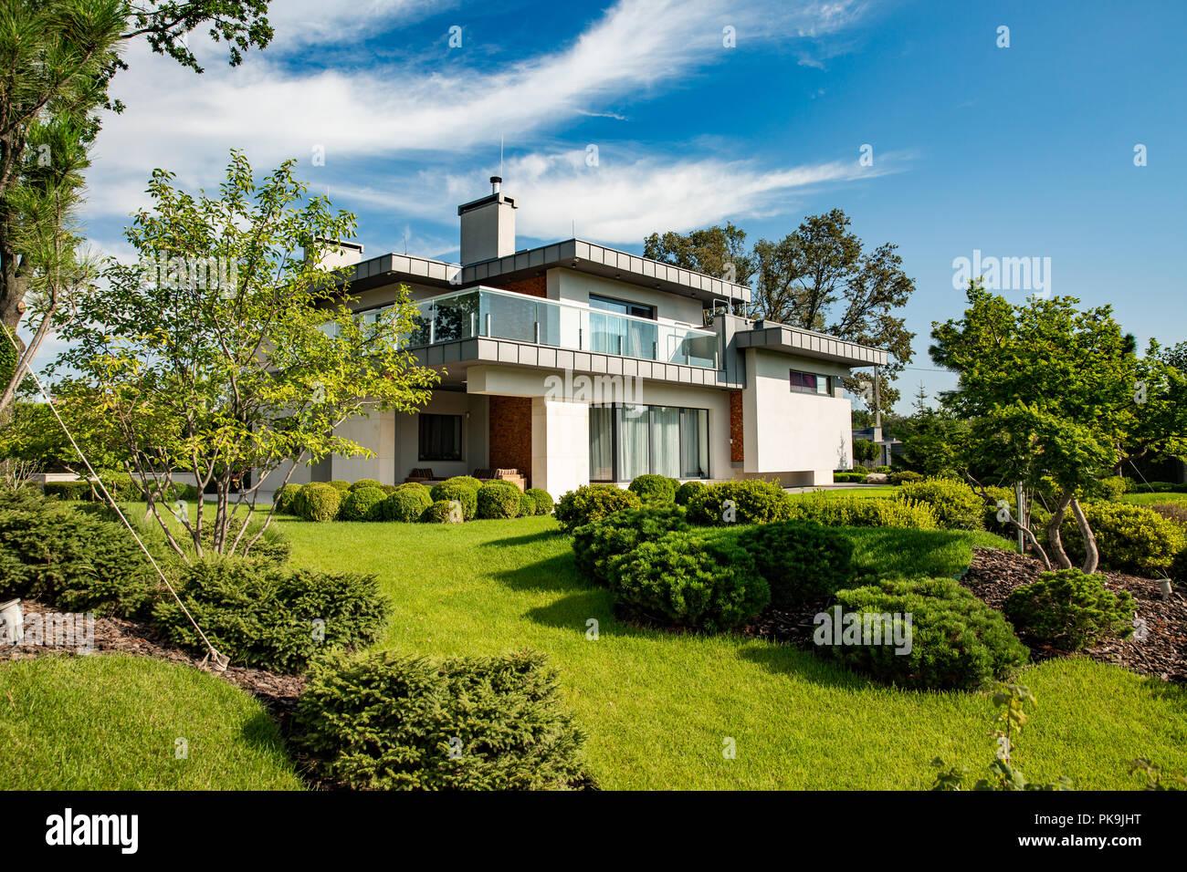 Belle maison moderne en ciment, vue du jardin. Loft Banque D ...