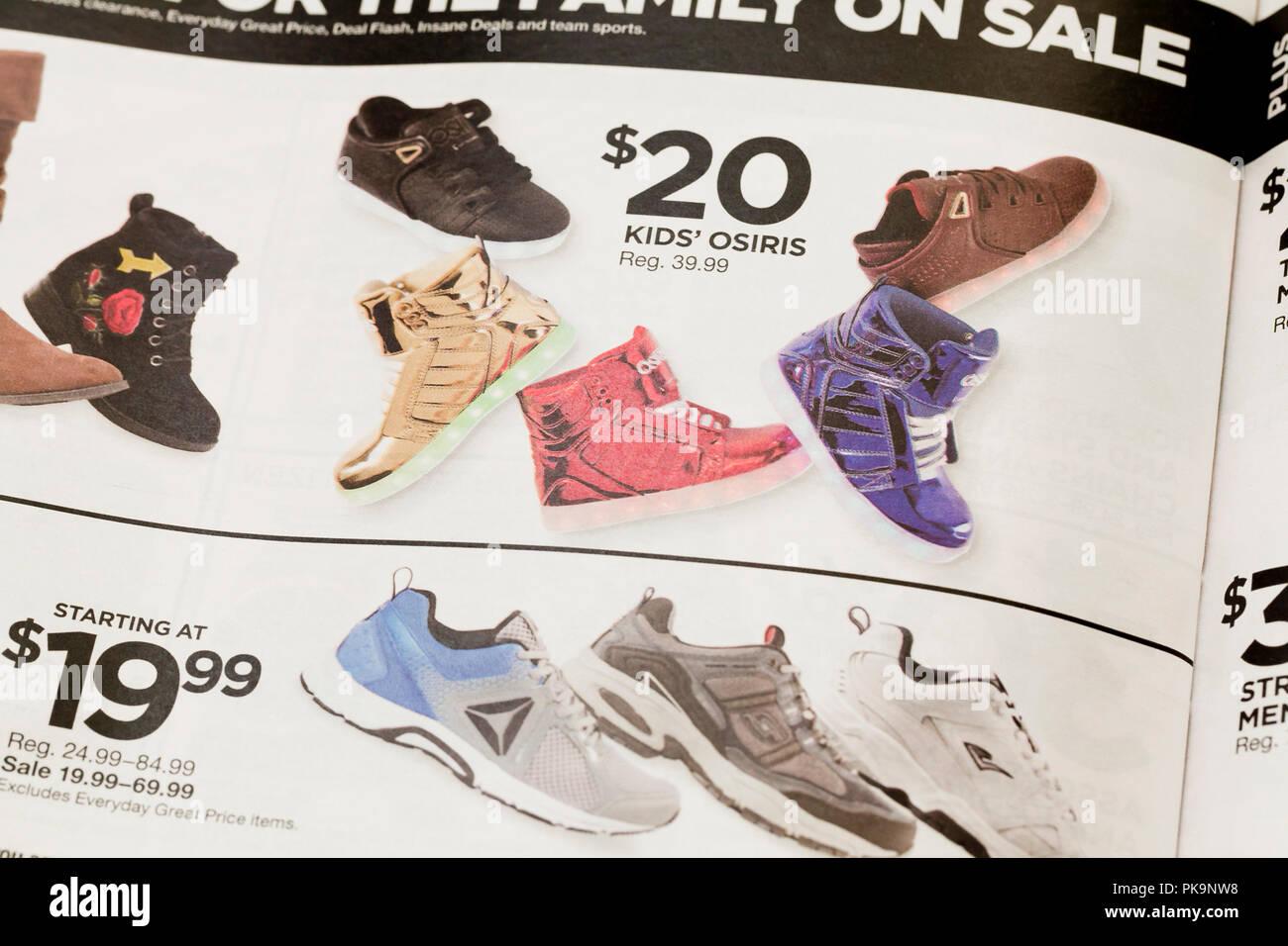 best sneakers 4c6ef 574a2 Chaussures en vente annonce dans le Programme courrier hebdomadaire  publicité - USA Photo Stock