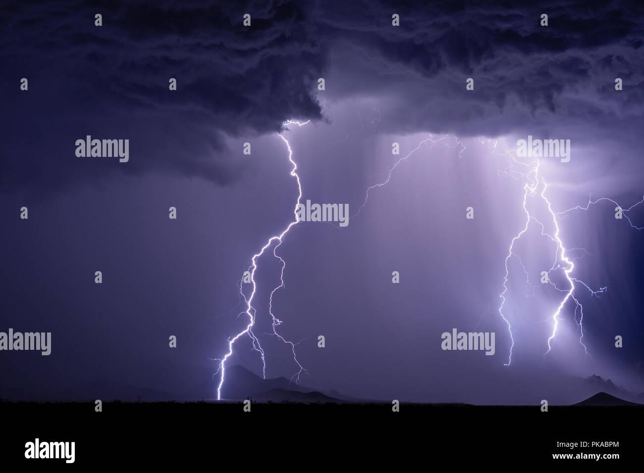 Les éclairs frapper le Dragoon Mountains dans le sud-est de l'Arizona au cours d'une tempête de mousson. Banque D'Images