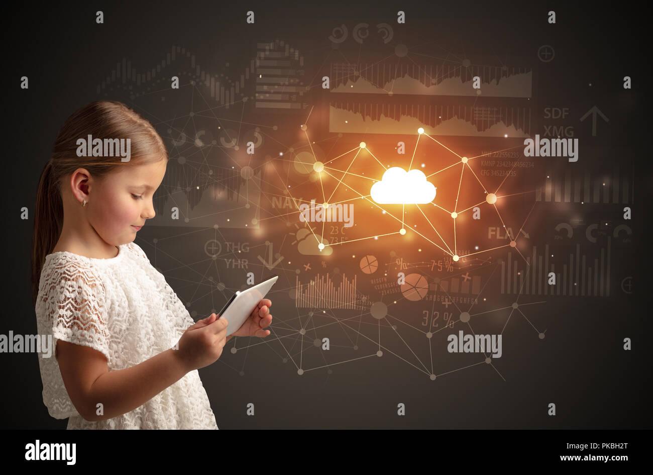 Adorable fille travaillant sur tablette avec technologie cloud concept Photo Stock