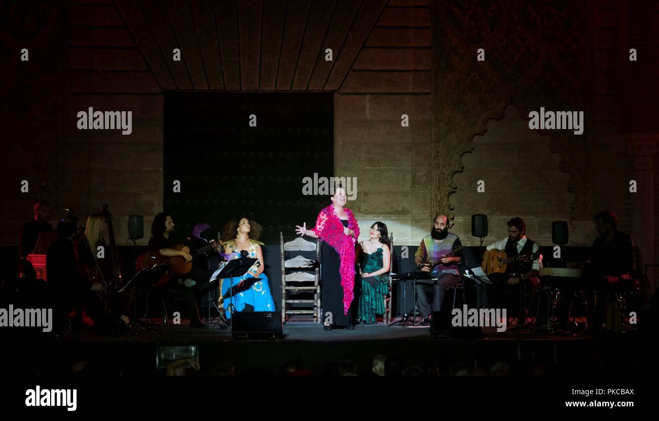 Sevilla, Espagne. 13 Sep, 2018. La chanteuse tunisienne Ghalia Benali (L), chanteur de flamenco espagnol Carmen Linares (C) et la soprano Marivi Blasco effectuer sur la scène pendant le spectacle 'Romances entre Oriente y Occidente' (la romance entre l'Est et l'Ouest) à l'Alcazar de Séville dans le cadre de la Biennale de Flamenco 2018, à Séville, Espagne du sud, 12 septembre 2018 (publié le 13 septembre). Les XX Biennale de Flamenco, le plus grand événement de flamenco du monde, s'est déroulée du 06 au 30 septembre. Crédit: Raul Caro Cadenas/EFE/Alamy Live News Photo Stock