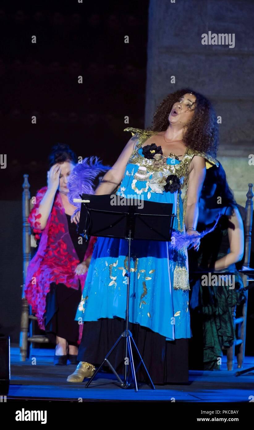 Sevilla, Espagne. 13 Sep, 2018. La chanteuse tunisienne Ghalia Benali effectue sur la scène pendant le spectacle 'Romances entre Oriente y Occidente' (la romance entre l'Est et l'Ouest) à l'Alcazar de Séville dans le cadre de la Biennale de Flamenco 2018, à Séville, Espagne du sud, 12 septembre 2018 (publié le 13 septembre). Les XX Biennale de Flamenco, le plus grand événement de flamenco du monde, s'est déroulée du 06 au 30 septembre. Crédit: Raul Caro Cadenas/EFE/Alamy Live News Photo Stock