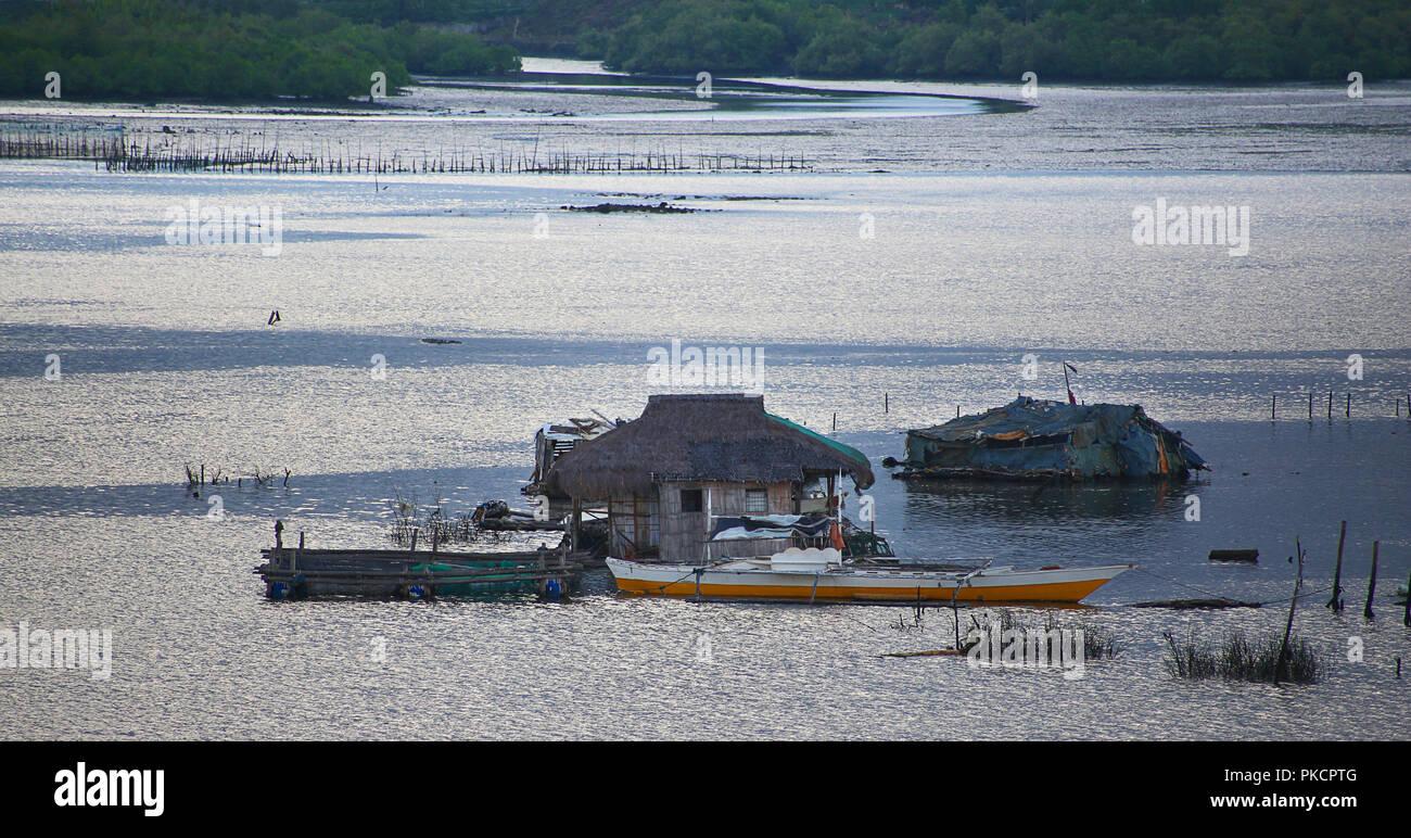 Cabane flottante en eau peu profonde vie simple Photo Stock