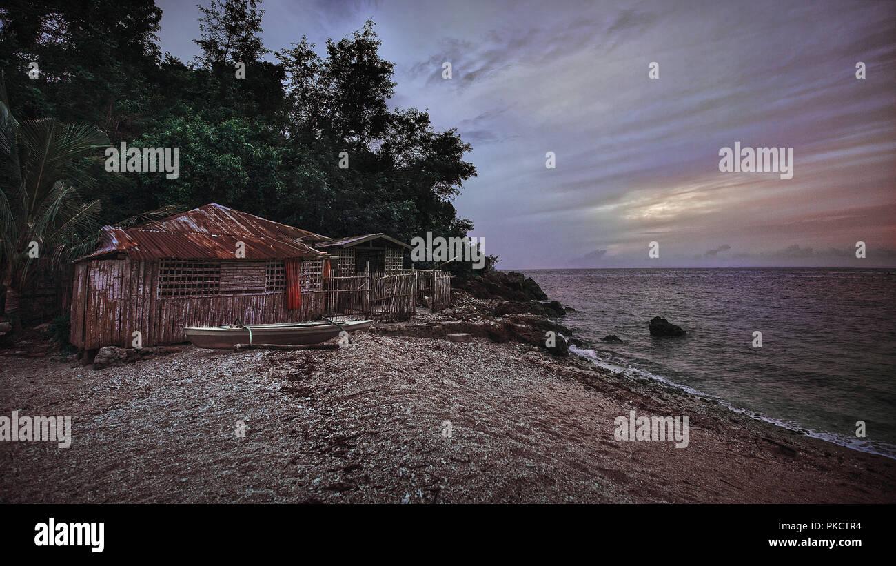 Dans la vie simple et cabane de pêche petit bateau dans l'île de Cebu aux Philippines Photo Stock