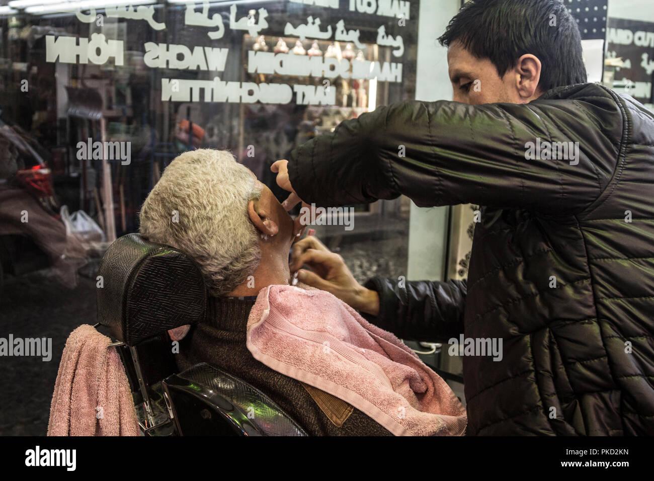 ISTANBUL, TURQUIE - 29 décembre 2015 : Salon de coiffure de ...