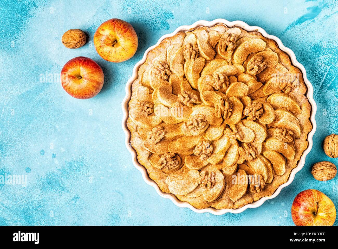 Tarte aux noix et à la cannelle, vue d'en haut. Photo Stock
