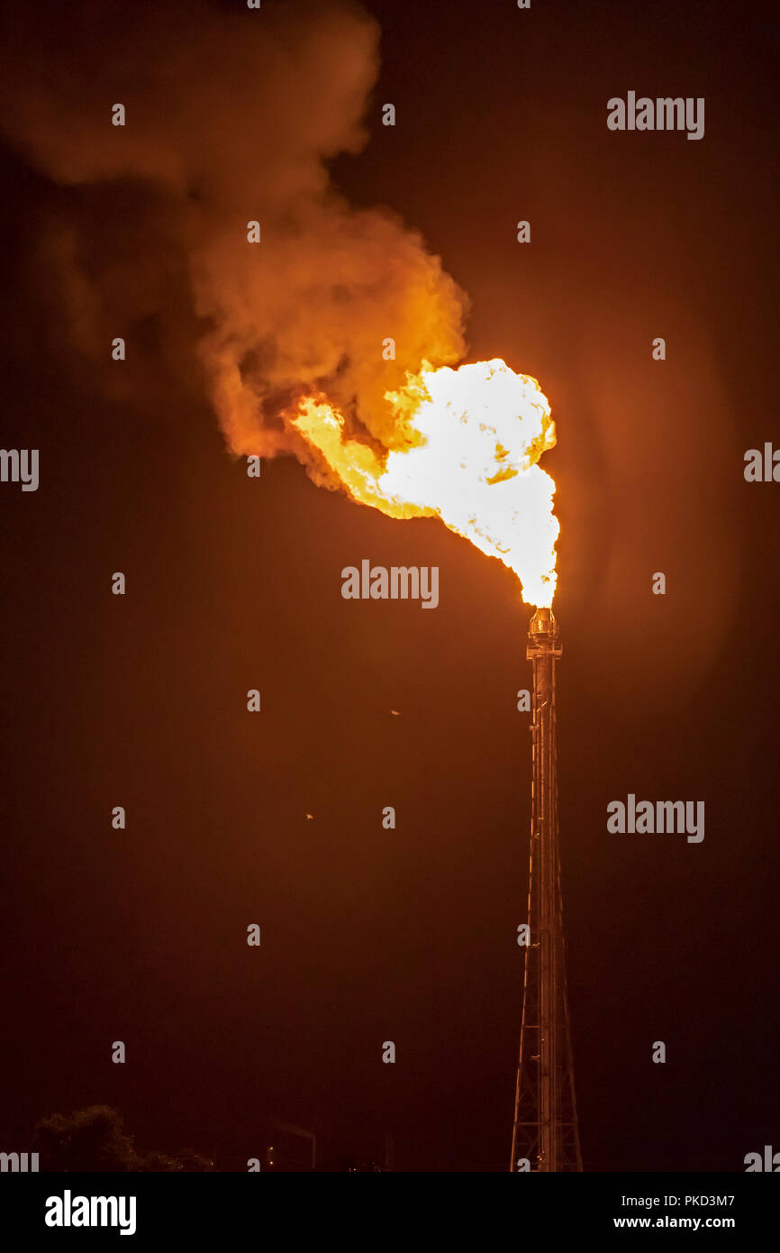 Morris, Illinois - un grand gas flare à LyondellBasell's Equistar Chemicals plant. Banque D'Images