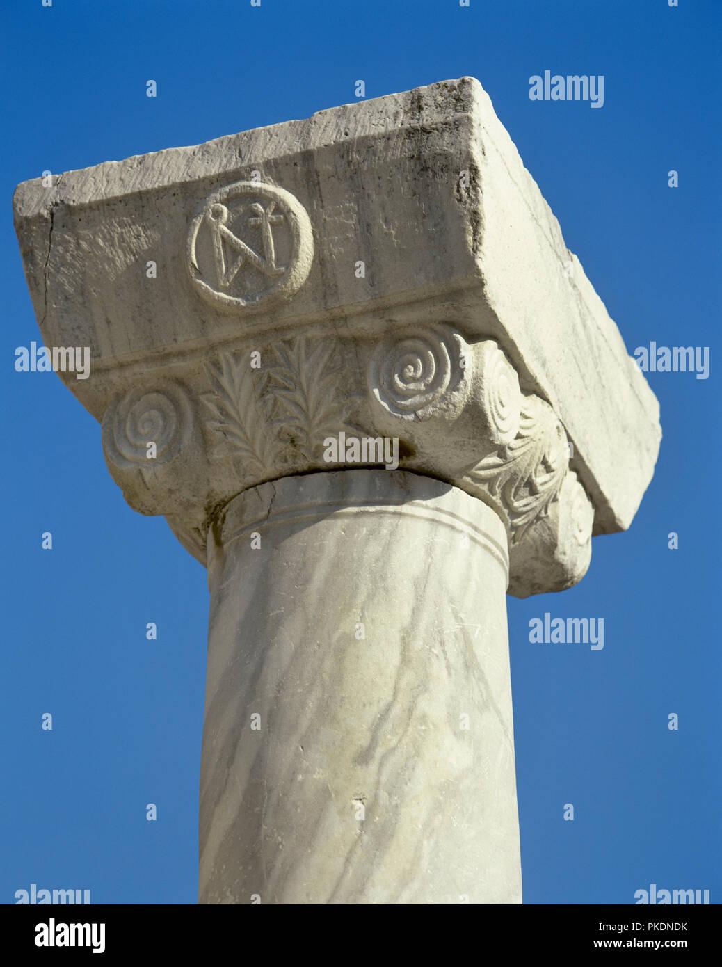 La Turquie. La province d'Izmir. Selcuk. Basilique de Saint John. Il a été construit par Justinien, 6e siècle, et transformée en mosquée en 1330, détruit par Timur lorsqu'il conquit la ville en 1402. Détail d'un chapiteau avec monogramme de l'empereur Justinien (483-565). Photo Stock