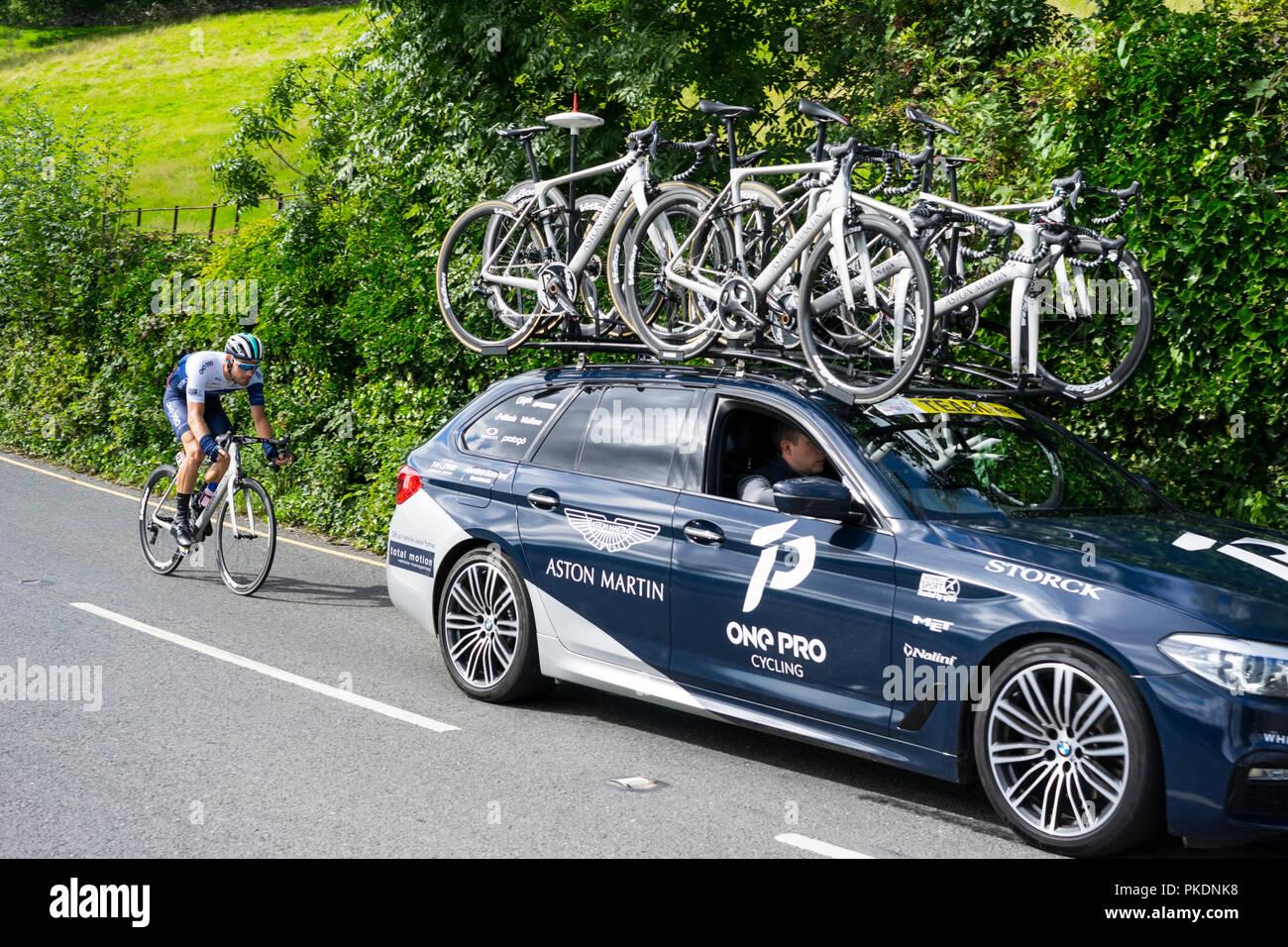 Un véhicule de soutien Pro cycliste avec derrière en passant par le 2018 Coniston sur Tour of Britain, Coniston, Cumbria, Angleterre, Royaume-Uni. Photo Stock