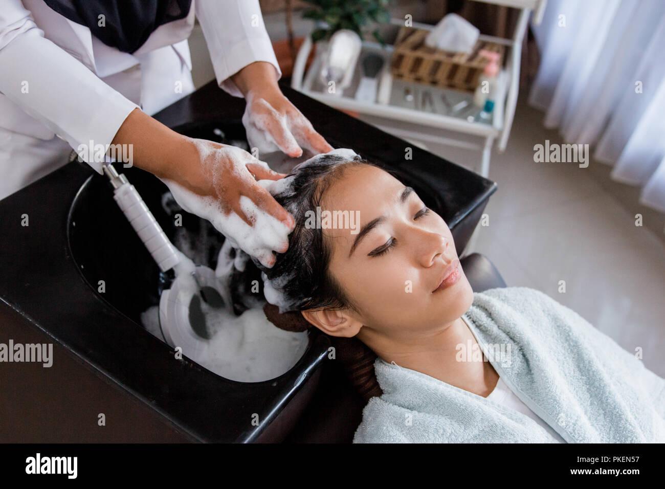 Cheveux lavés dans salon de beauté Photo Stock
