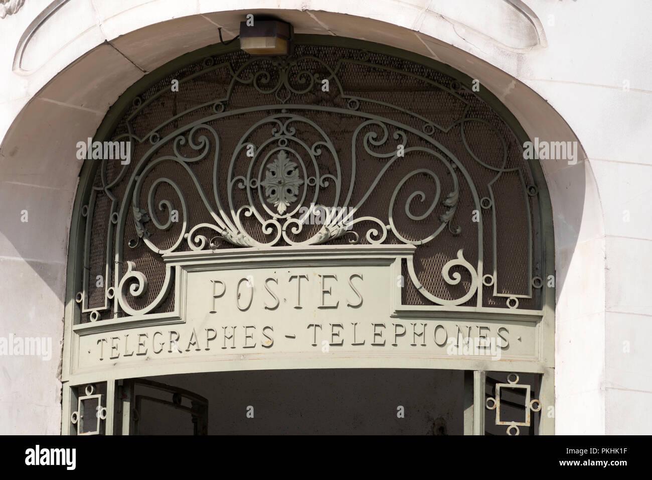 En fer forgé au dessus de la porte l immeuble du bureau de poste