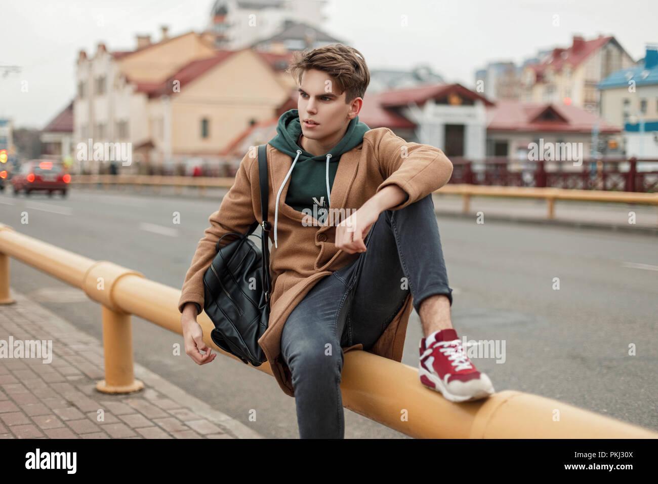 9f2f5b1ae44f Modèle à la mode beau gars avec une coupe dans un style vintage avec un  manteau