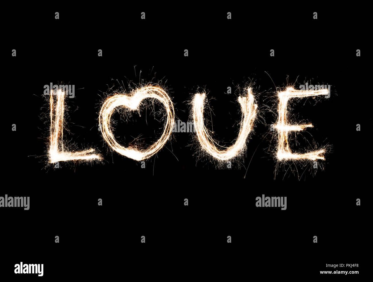 Mot amour et coeur de feux de Bengale. L'amour de l'étincelle Banque D'Images