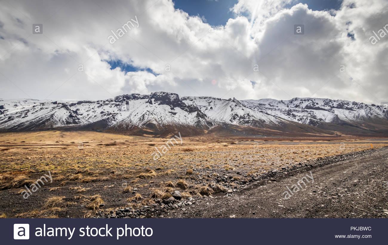 Les montagnes enneigées en Islande sur un f-road Photo Stock