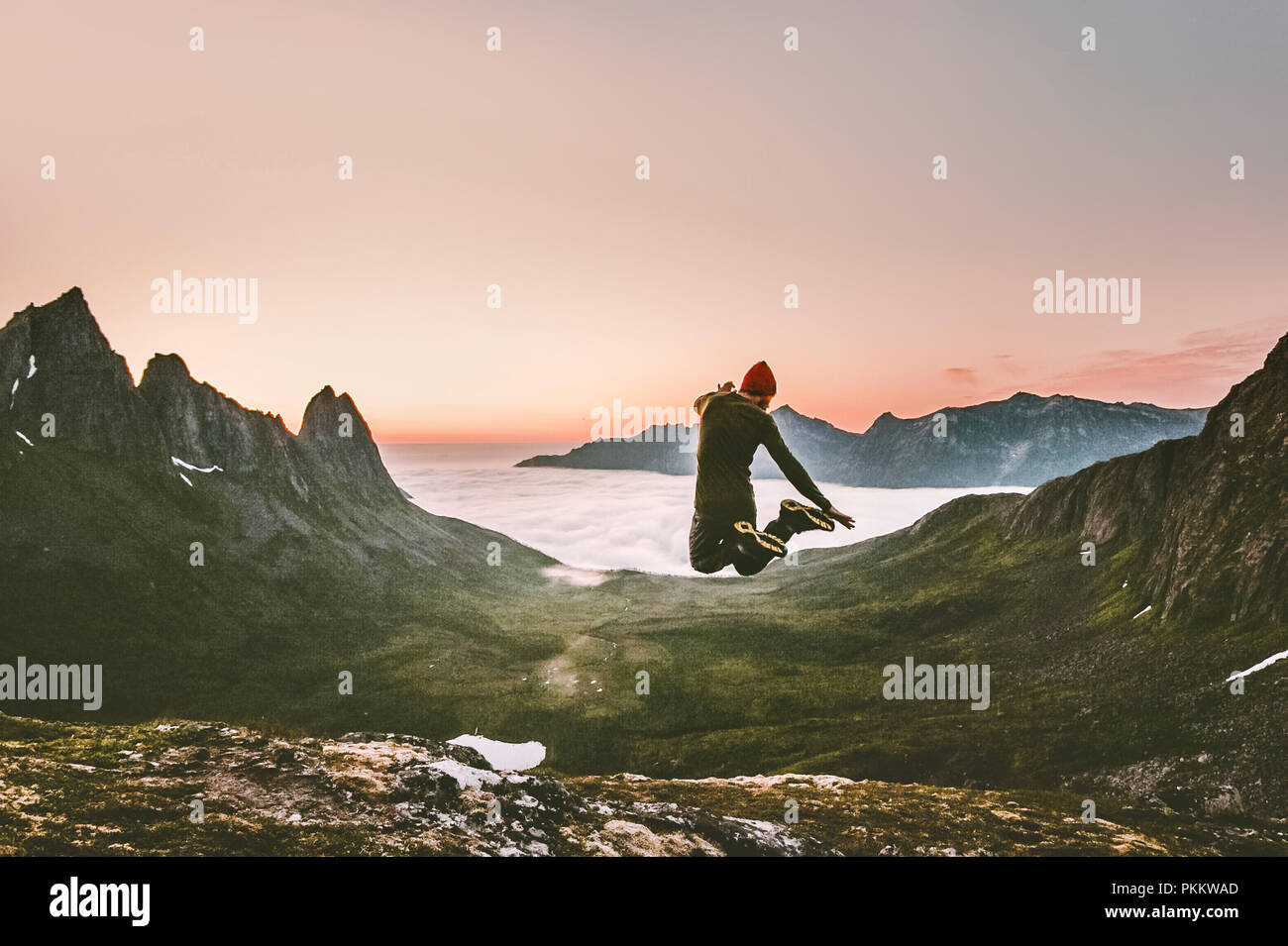 Happy man jumping outdoor adventure concept de vie Voyage Vacances actives en Norvège montagnes coucher de succès et émotions euphorie fun Photo Stock