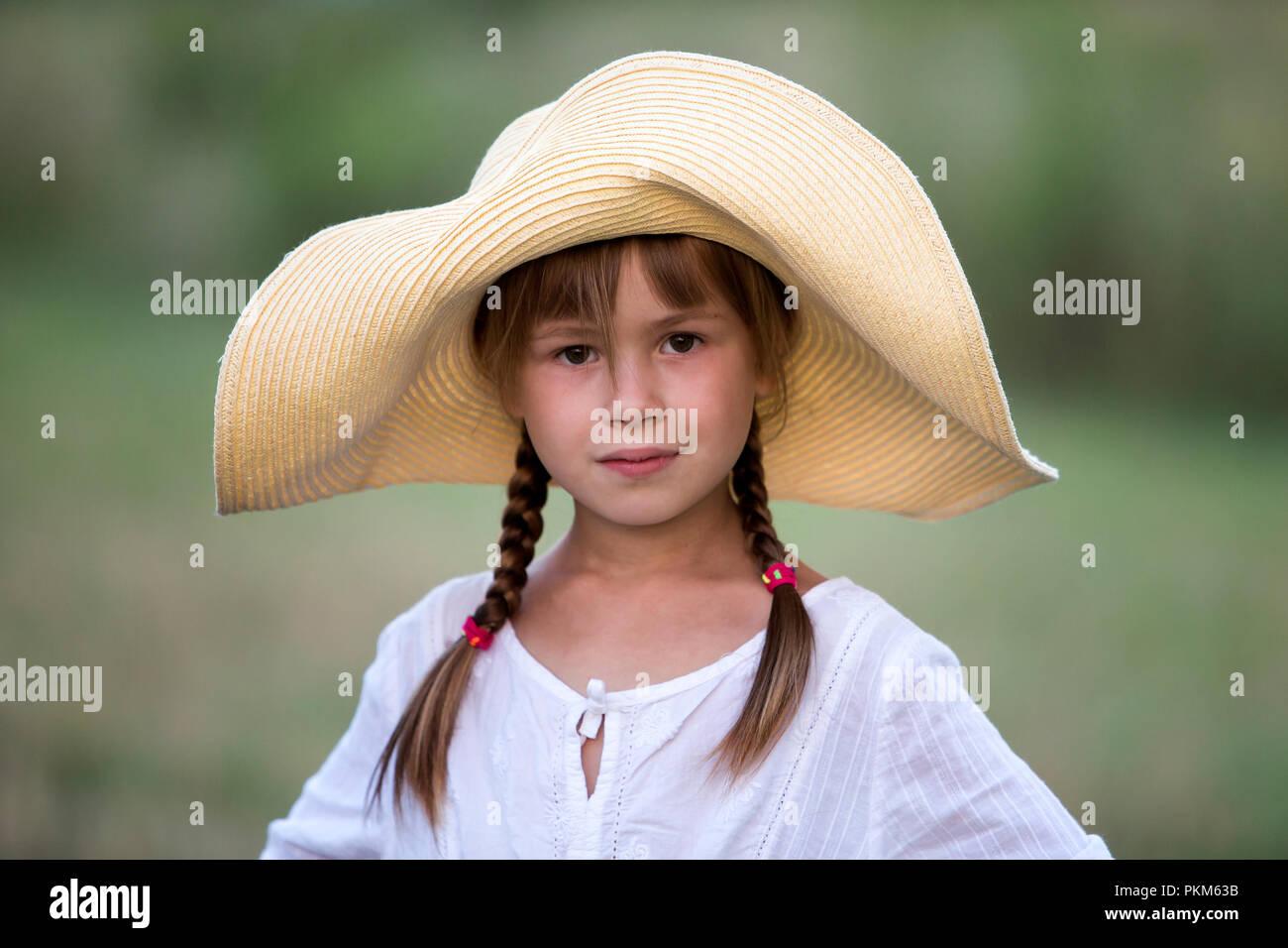0083f990fa621 Portrait de jeune fille souriante à la mode avec des tresses en belle robe  blanche et