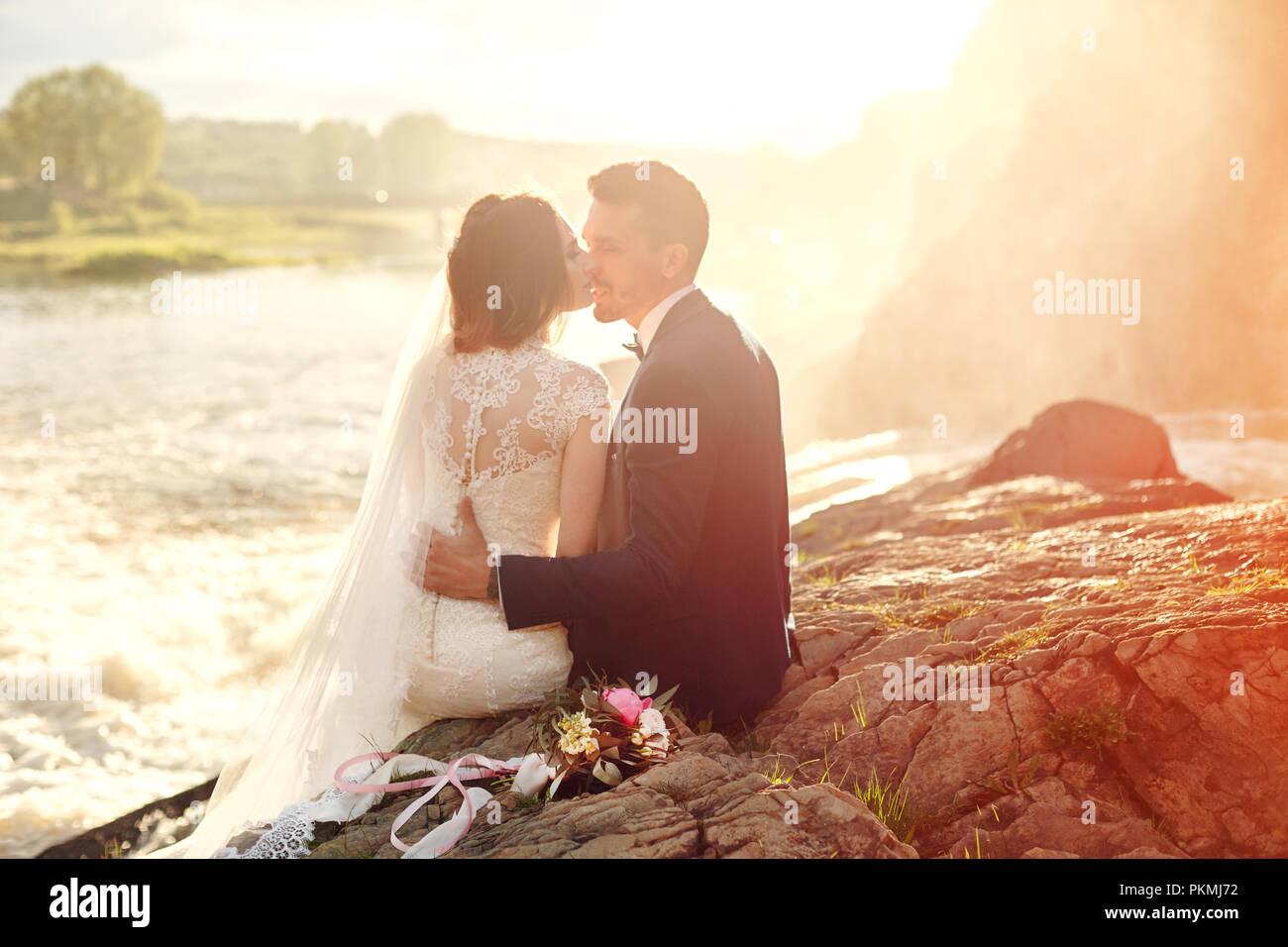 Belle Amour Couple Kissing Assis Sur Des Rochers Près De La