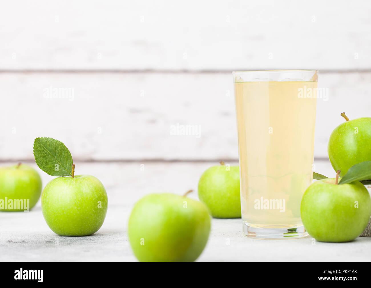 Verre de jus de pomme biologique avec des pommes Granny Smith et la bramley apples in fort sur fond de bois. Banque D'Images