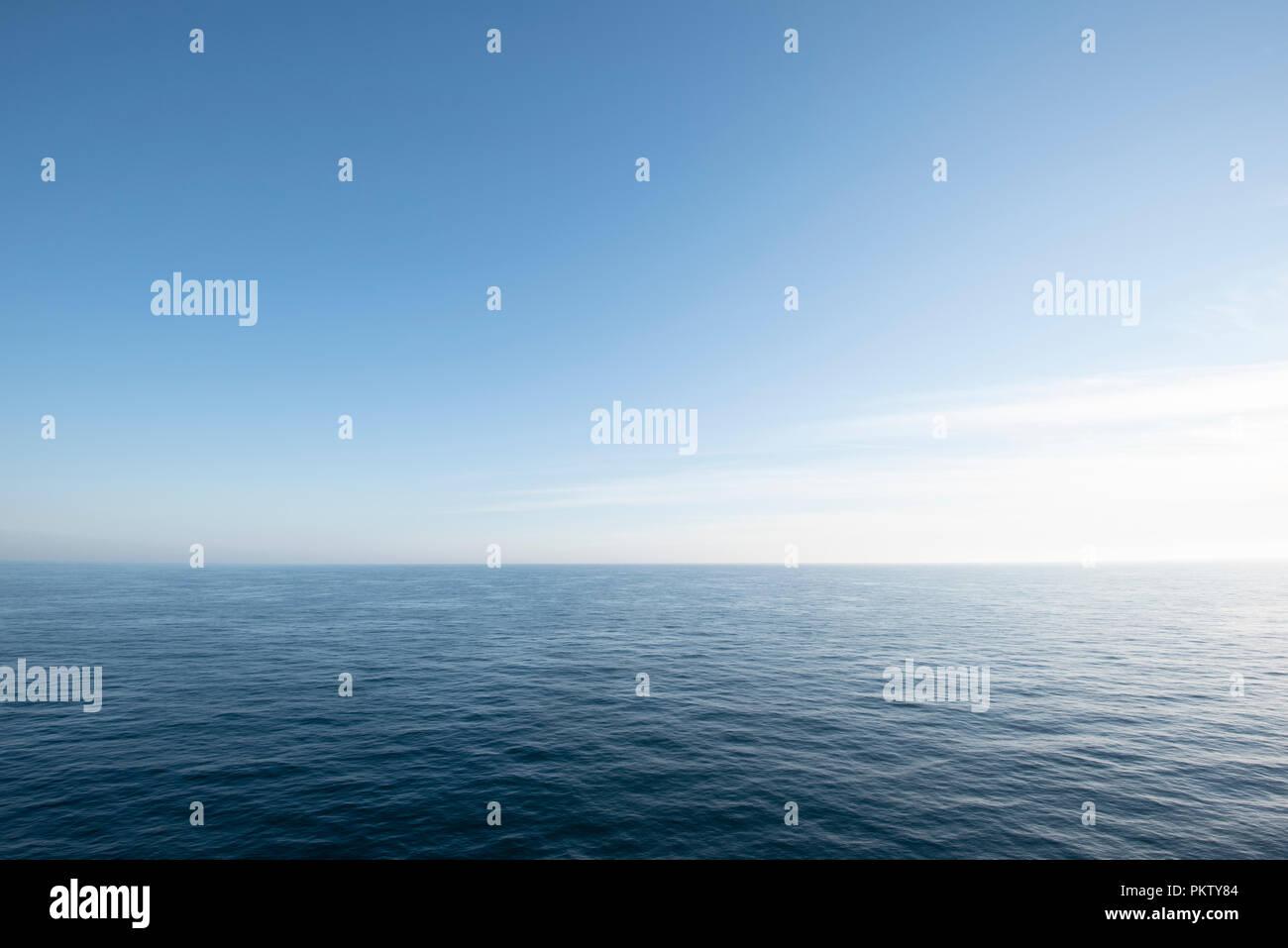 Vue sur la mer du Nord en clair, ciel sans nuages, la Hollande du Nord, Pays-Bas Photo Stock