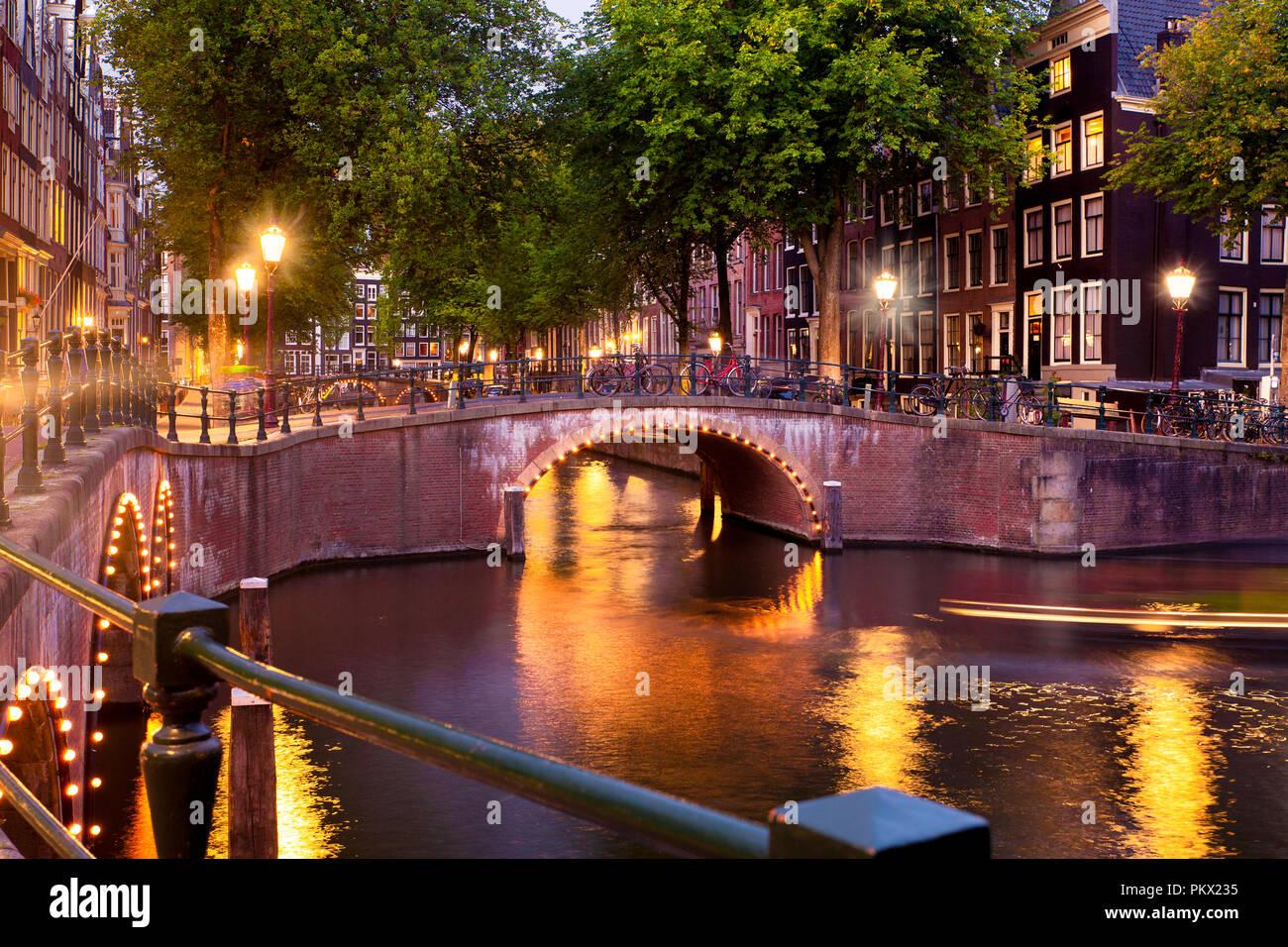 Belle scène de nuit de la ville d'Amsterdam aux Pays-Bas avec des canaux et des lumières Banque D'Images