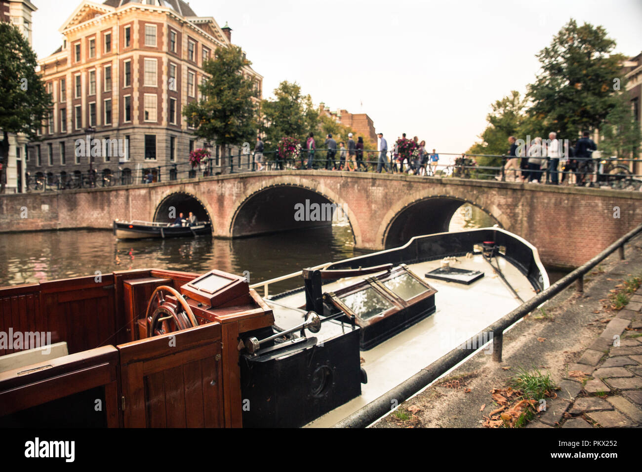 Amsterdam Vue sur canal et le pont de bateau en bois vintage Banque D'Images